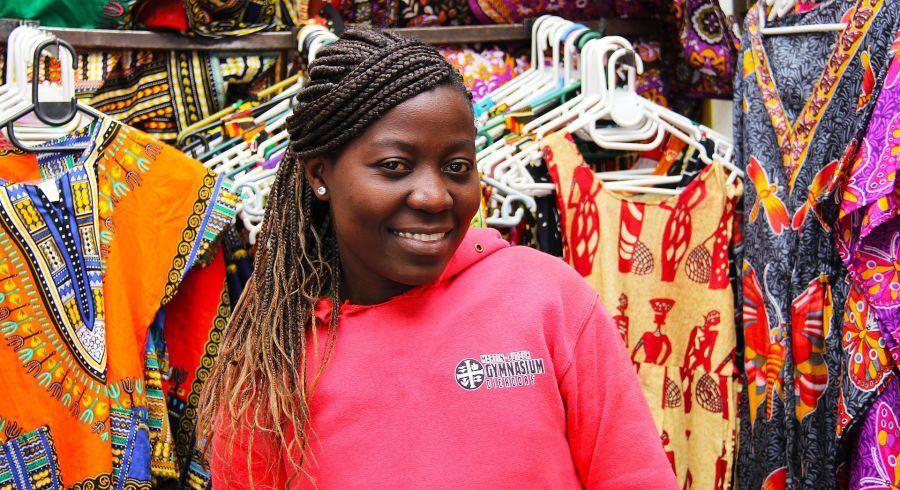 Frau an einem Marktstand in Südafrika