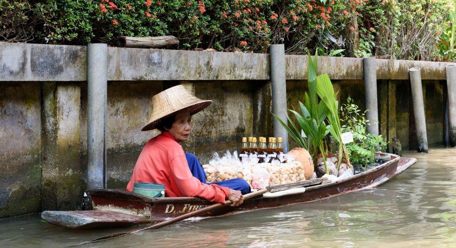 Marktfrau im Boot auf dem schwimmenden Markt
