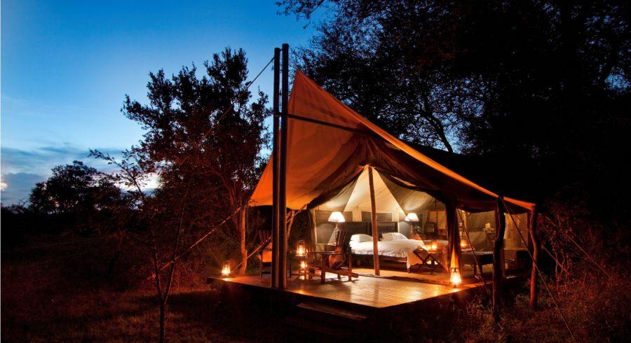 Außenansicht bei Nacht eines Camps  in Afrika.
