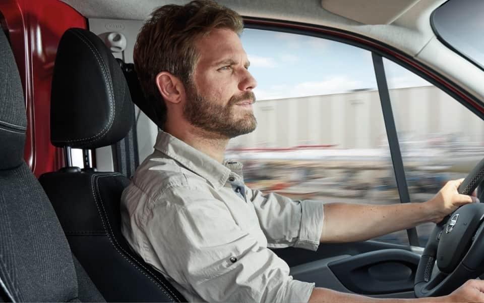 Nissan NV300 mann kjører bil