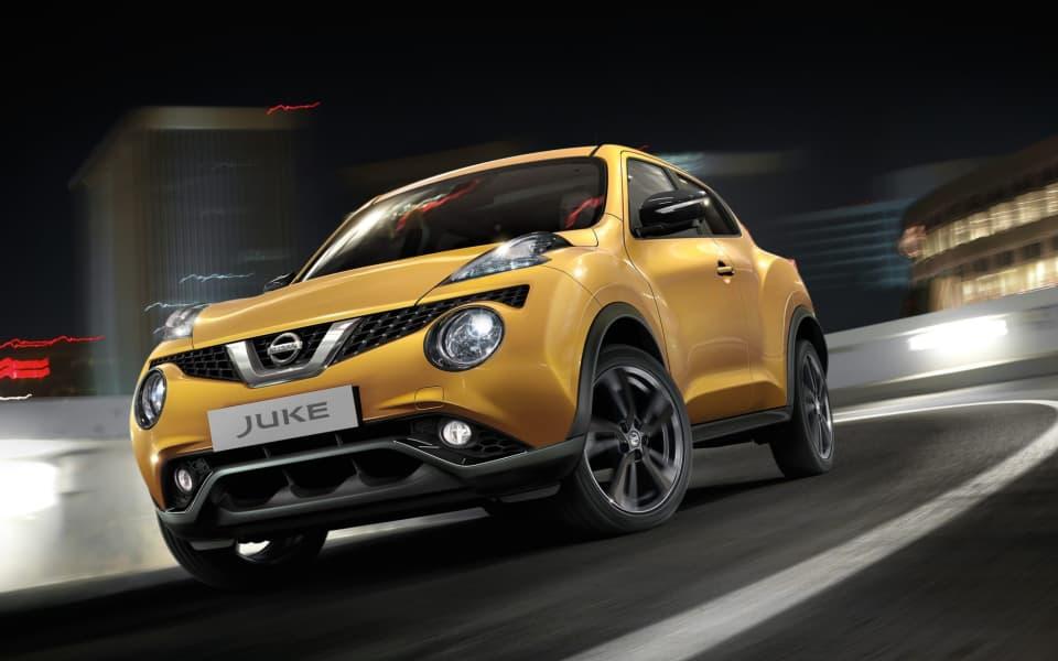Gul Nissan Juke i fart gjennom sving