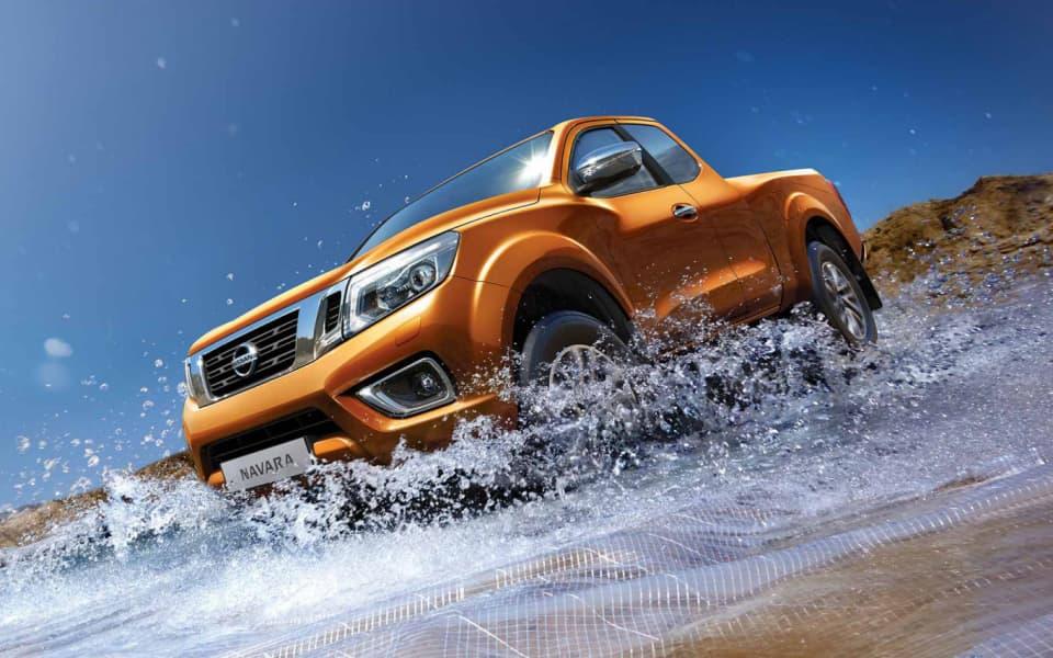 Nissan Navara 4x4 i fargen Earth Bronze forserer vann og ugjevnheter