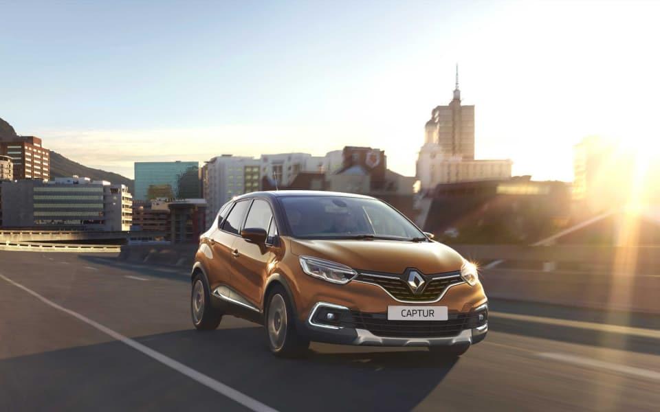 Renault Captur kjører i byen