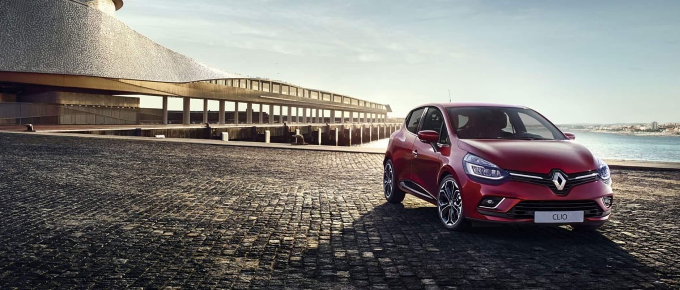 Rød Renault Clio parkert på en brygge foran en pir