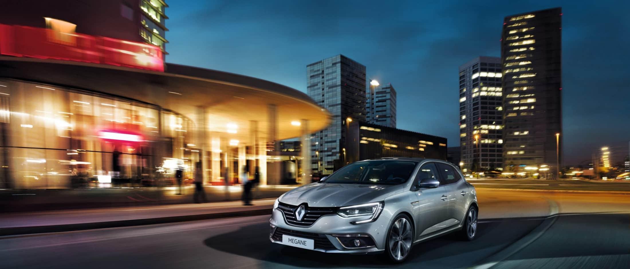 Renault Megane kjører i by om natten