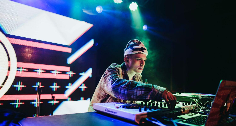 Vi listar sex grymma DJ:s som du kan hyra med utrustning!