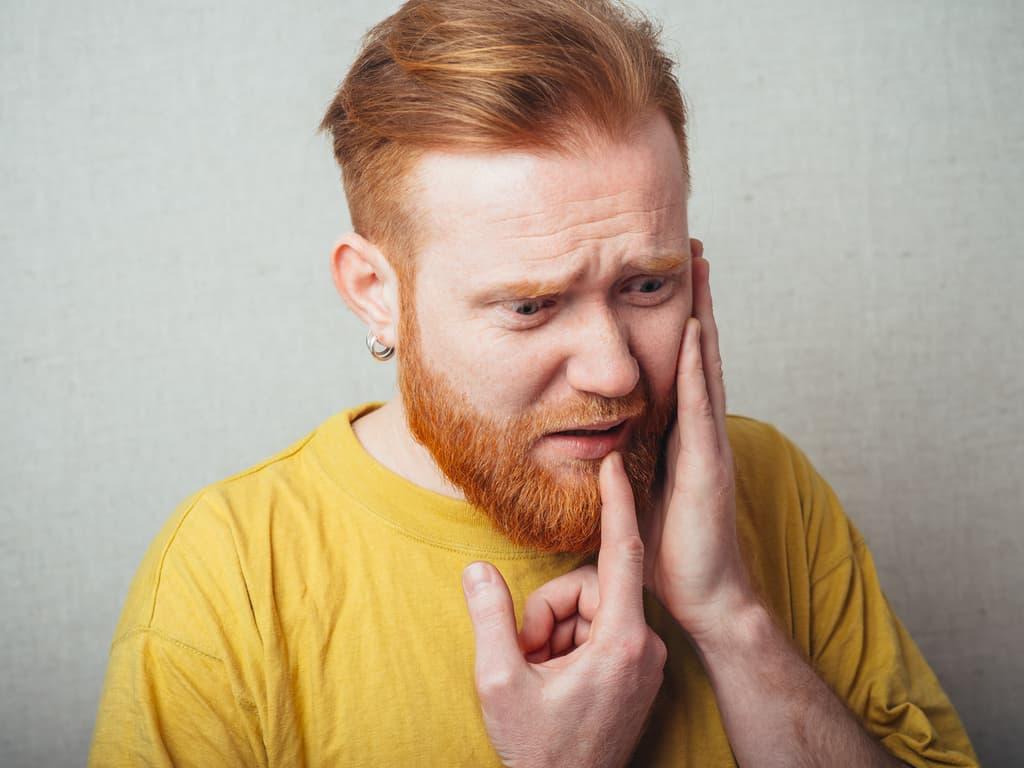 homme souffrant d une pulpite dentaire