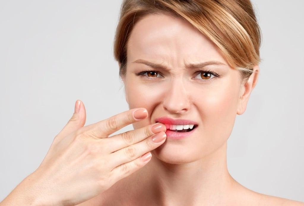 femme avec souffrance dentaire sur le devant de la bouche