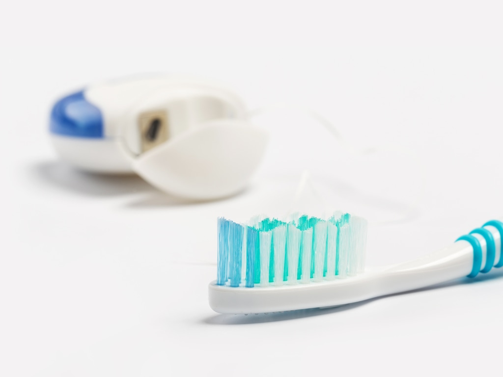 brosse manuelle et fil dentaire