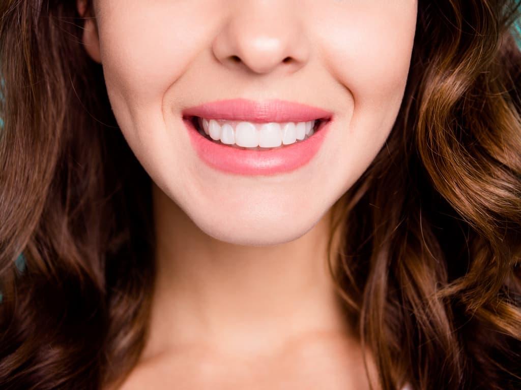 grand sourire femme brune
