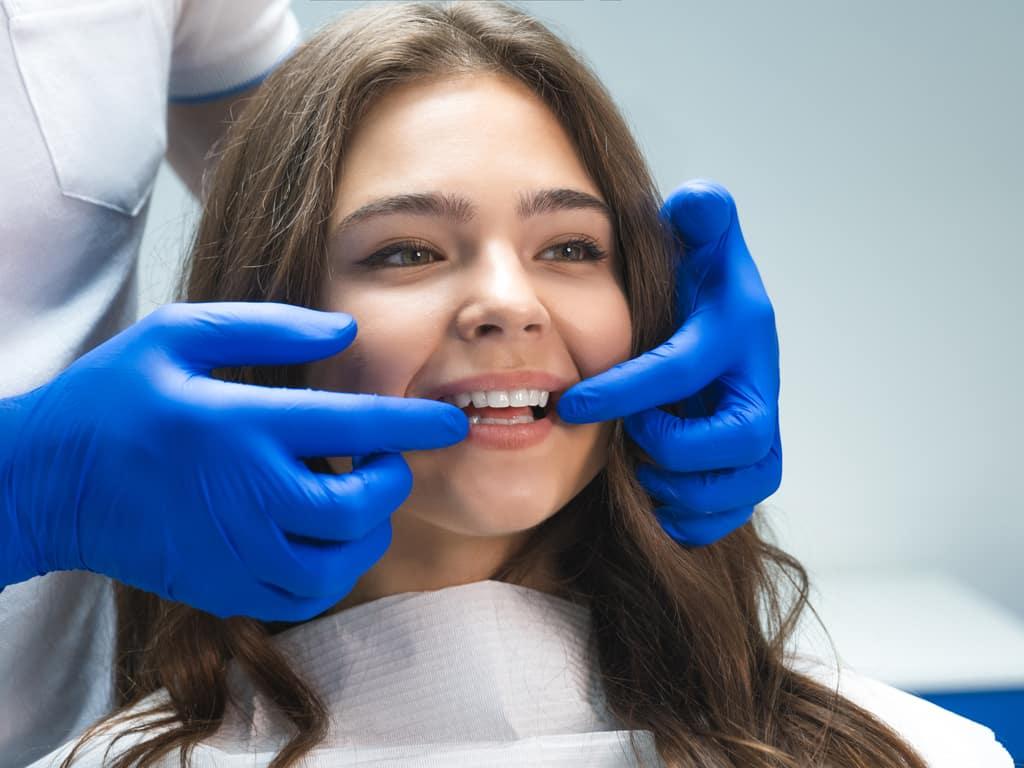 jeune fille en consultation orthodontique