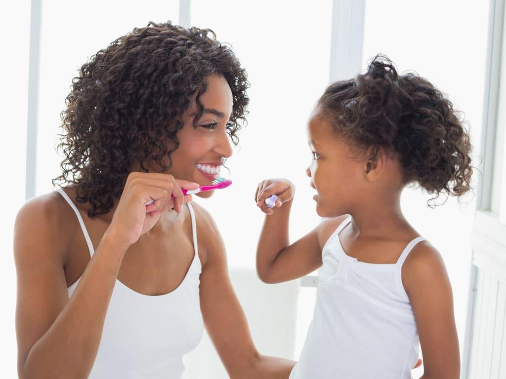 mere apprenant a sa fille a se brosser les dents