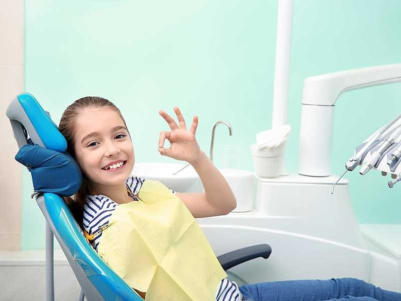 petite_fille_dans_un_fauteuil_d'orthodontiste