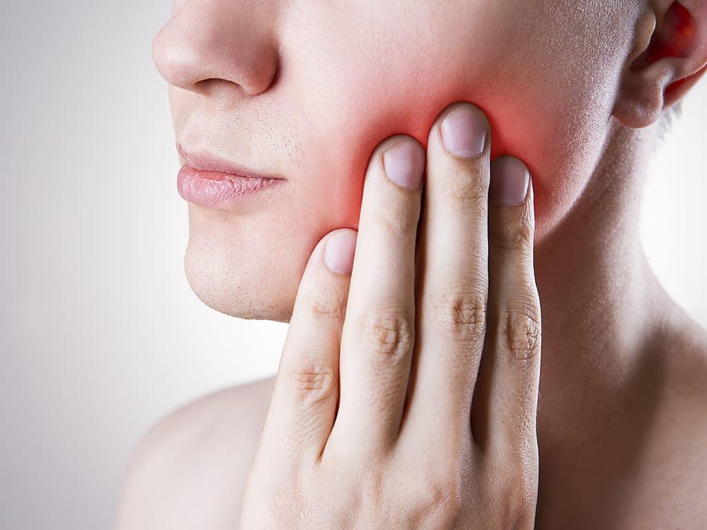 homme_avec_une_douleur_dentaire