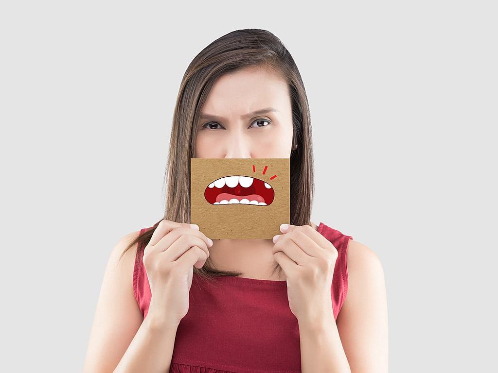femme_souffrant_une_alveolite_dentaire