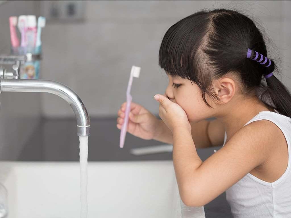 petite_fille_en_train_de_se_brosser_les_dents