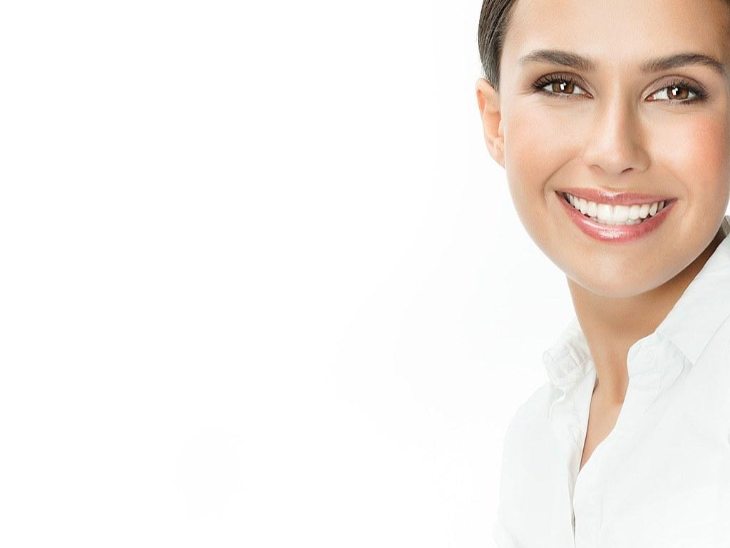 femme_brune_avec_beau_sourire_sur_fond_blanc