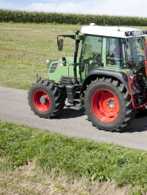 Kverneland 8446-8452 T-8452, compact while transported by tractor