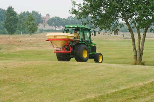 pendulum spreaders - Vicon SuperFlow PS403, operating on golf course