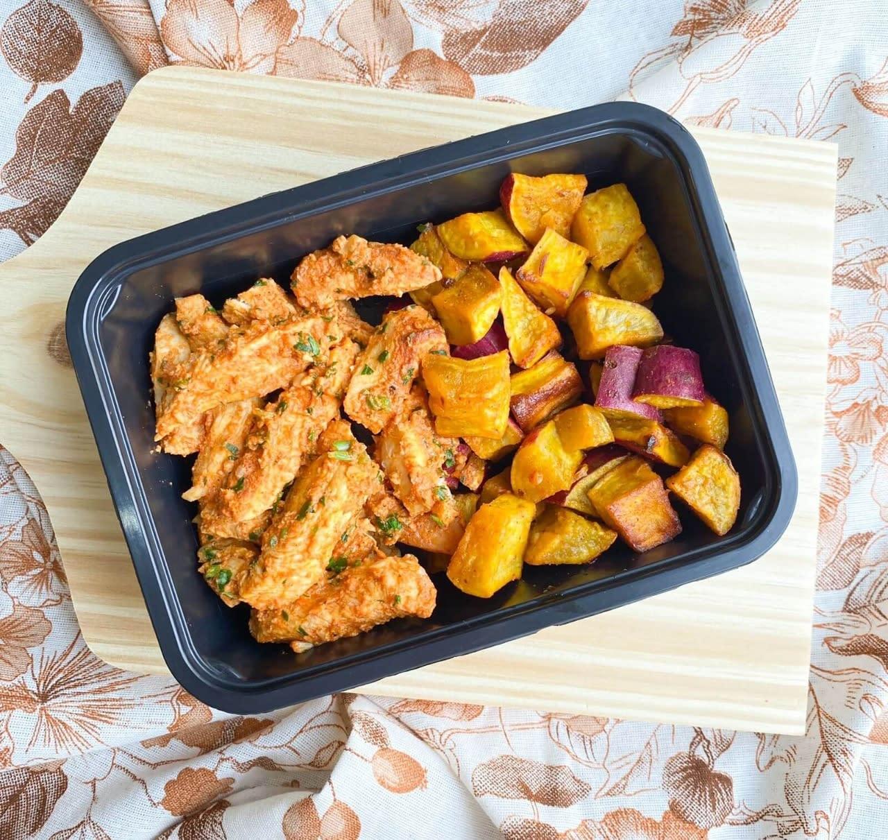 Iscas de frango com batata doce rústica - 300g - Vipx Gourmet