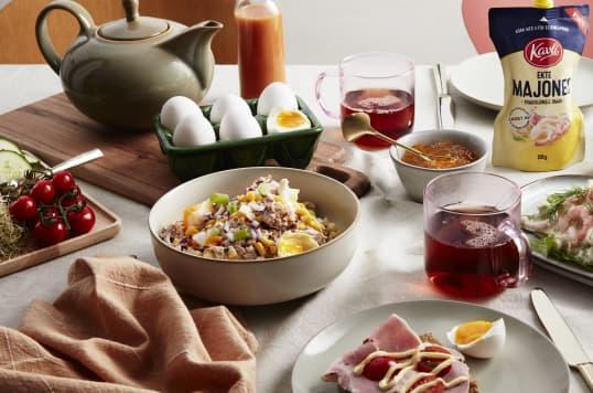 Et bugnende frokostbord med tunfisksalat og rekesalat med Kavli Ekte Majones.