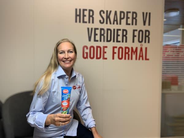Produktsjef i Kavli Christina Midtun holder MagerOst-nyheten med den etterspurte smaken soltørket tomat.