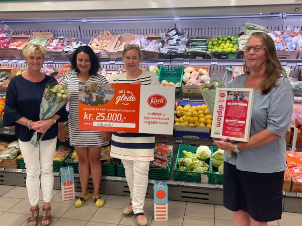 Gateengler holder gavesjekken fra Kavli. Fra venstre: Marit Bjørnholt Skogstad, Anette Anker og Hilke Tzschoppe. Til høyre står Grethe Foss med diplom og blomst som takk for nominasjonen.