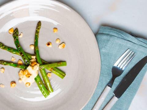 Bild på receptet grillad sparris med rostade hasselnötter med Eriks Parmesansås