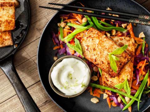 Tofu med lime aioli och asiatisk sallad - hela rätten är vegansk