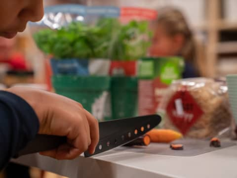 Hva skal vi ha til middag i dag? Et spørsmål som vi iblant går litt lei. Det skal imidlertid ikke så mye til for å lage en god restesuppe med grønnsaker du ofte har liggende i kjøleskapet. Foto: Margrethe Vikan Sæbø.