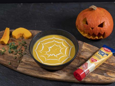 Gresskarsuppe med Kavli BaconOst. En fyldig og smakfull suppe du kan nyte høsten og vinteren gjennom.