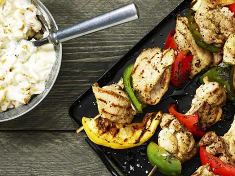 Bild av grillat kycklingspett med grönsaksmajonnäs