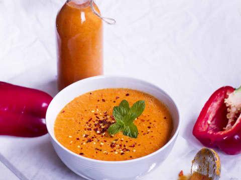 Eldröd sås av paprika och curry gjord på mjölkfri havrebaserad creamy cooking från Planti