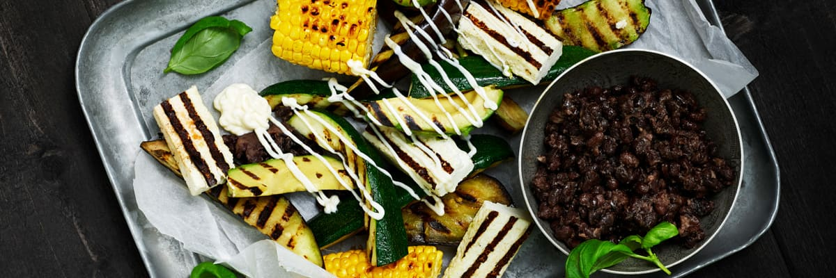 Grillade paneer med Johnny's® Mayo American Style och majs, aubergine, zucchini och avokado