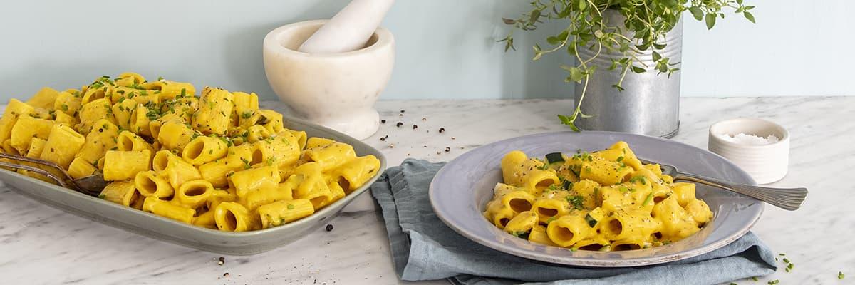 Pasta med grönsaker i saffran- och citronsås