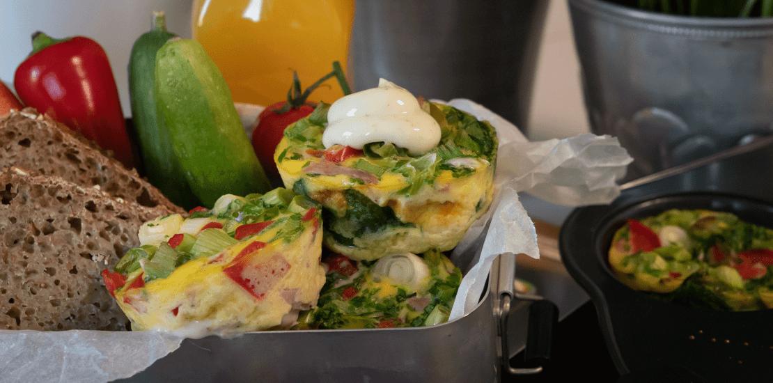 Omelett i muffinsformer med Kavli MagerOst Skinke, paprika, vårløk og spinat.