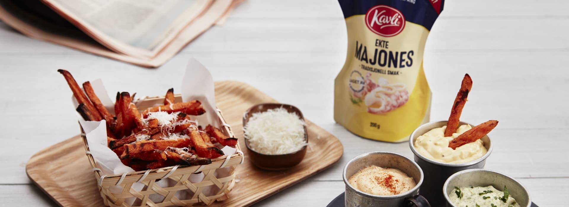 Ovnsbakte søtpotetfries med parmesanost og tre majonesdipper av Kavli Ekte Majones.