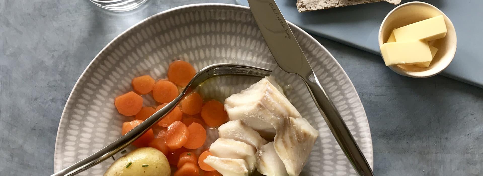 Torsk med ertepuré, gulrot, poteter og flatbrød