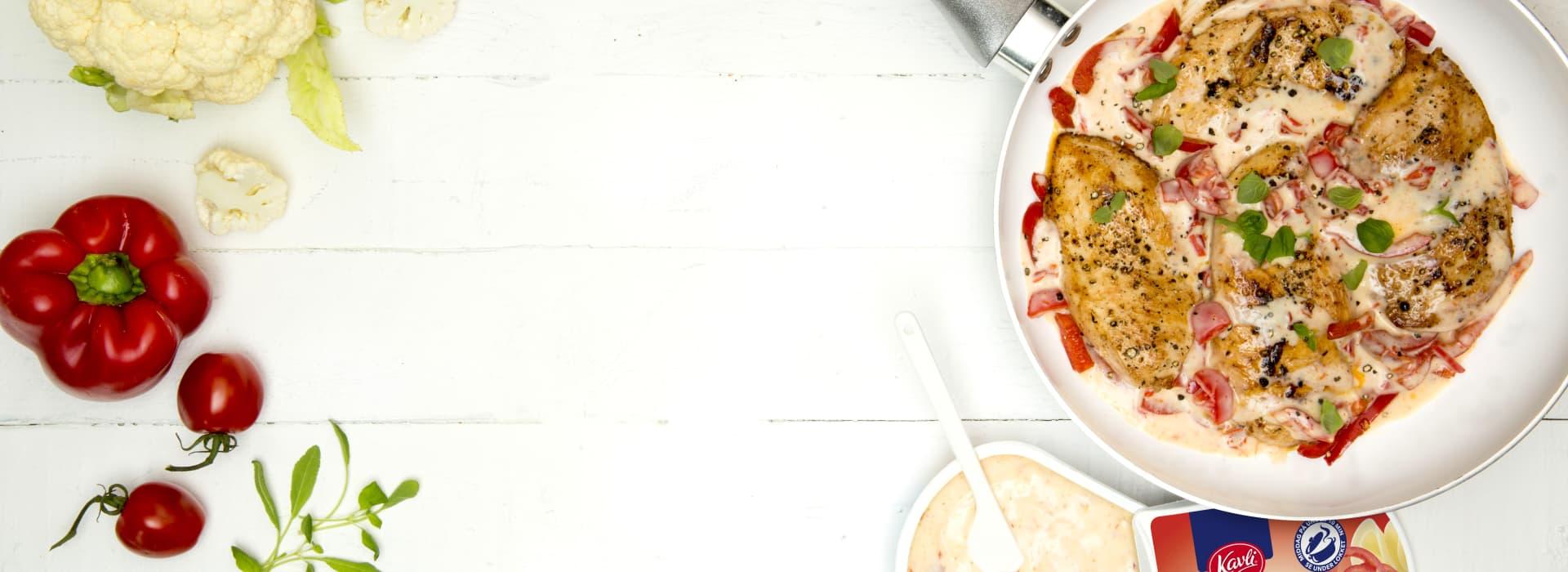 Middag på10 minutter med Kavli. Deilig kyllingfilet i en paprikaostesaus med blomkål. Serveres med ris.