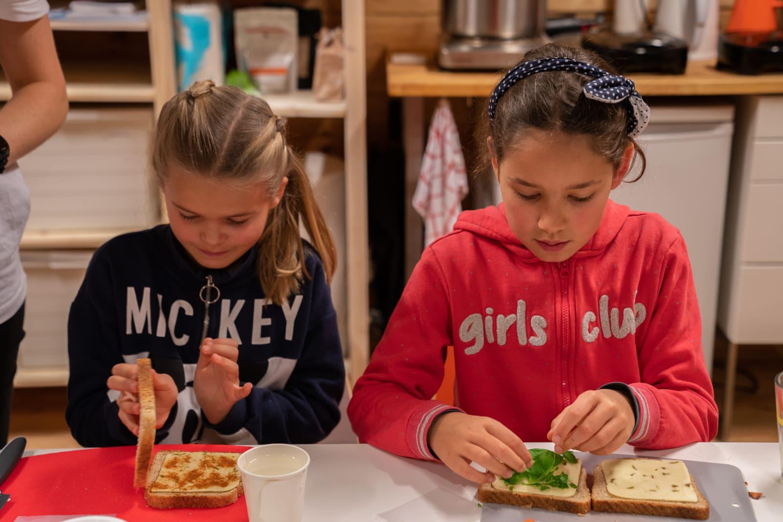 Barna i full sving med ostesmørbrød-mekking på Smaksverkstedet. Toast er kjempedeilig til suppe. Foto: Margrethe Vikan Sæbø.