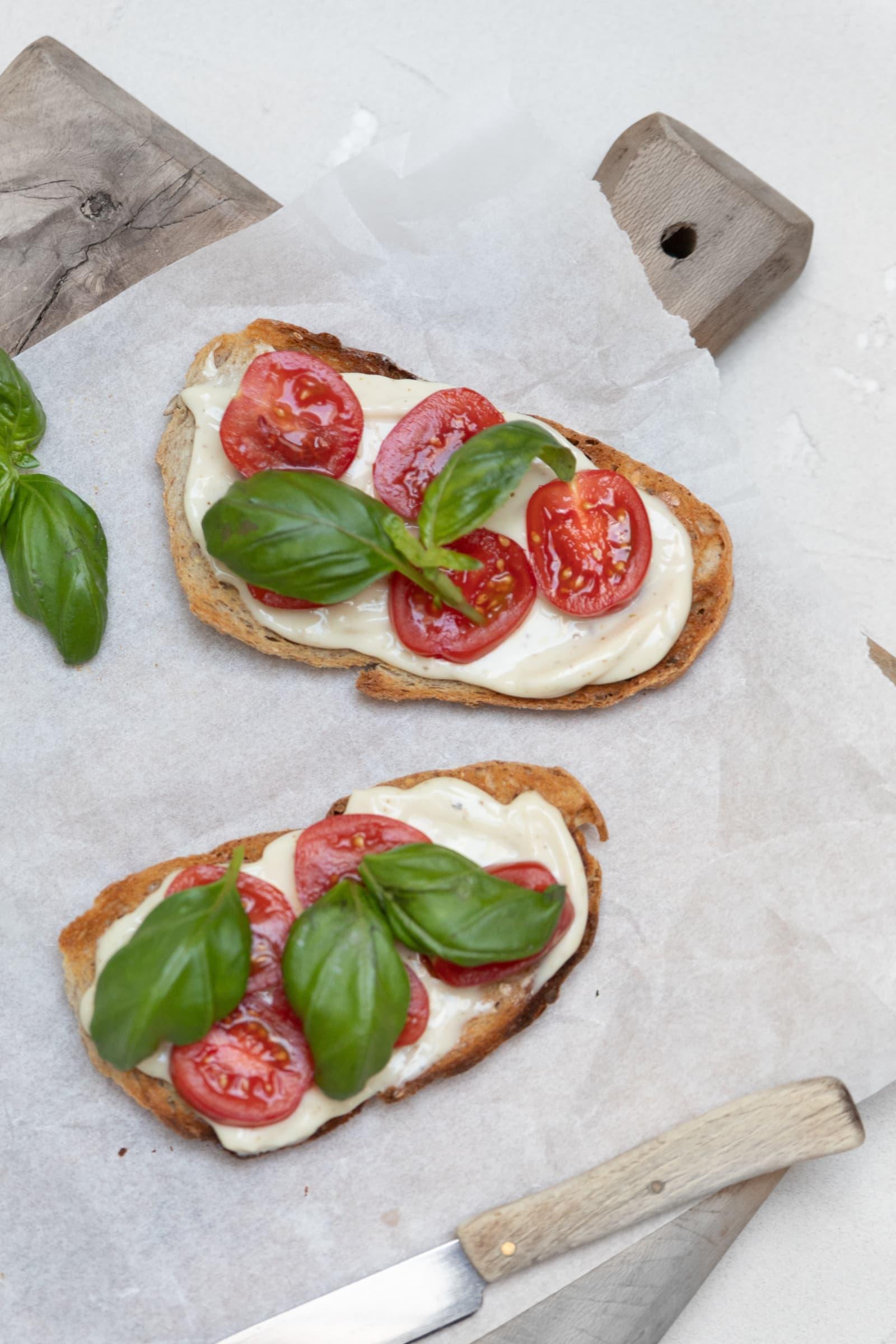 En slags bruschetta med MagerOst Pesto, tomater og basilikum på toast