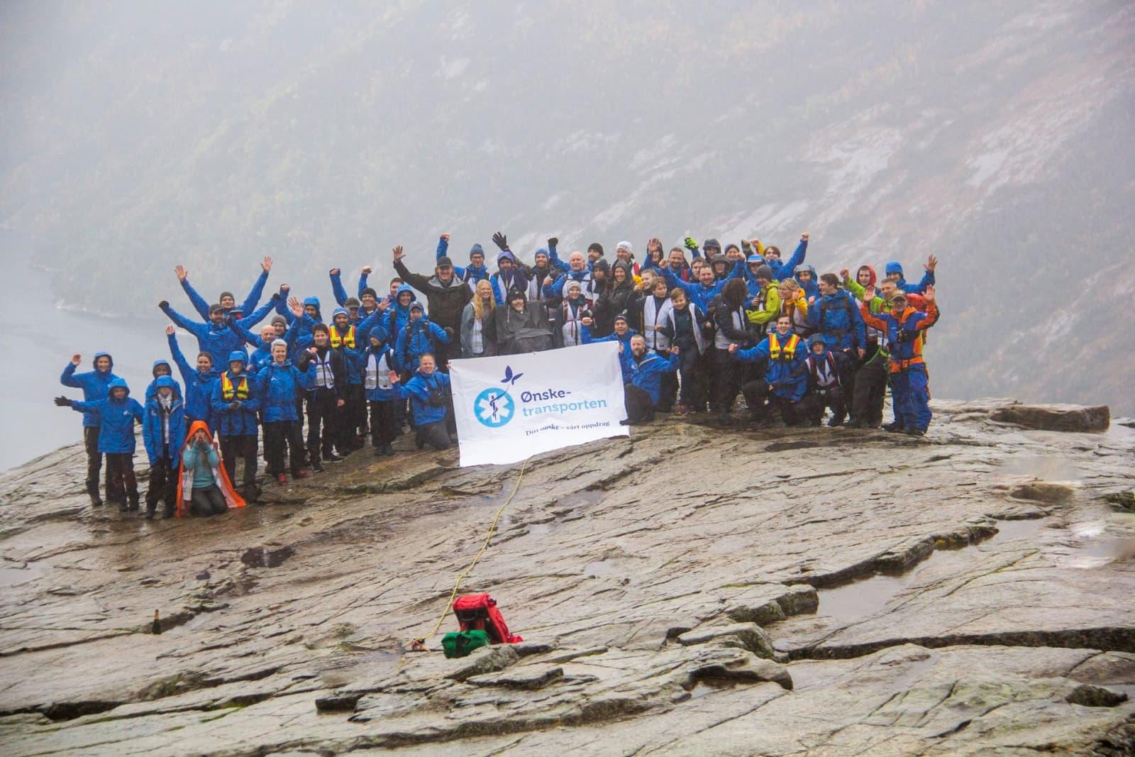 70 frivillige sammen med ALS-syke Bjørn på toppen av Preikestolen. Foto: Elise Åkesson.