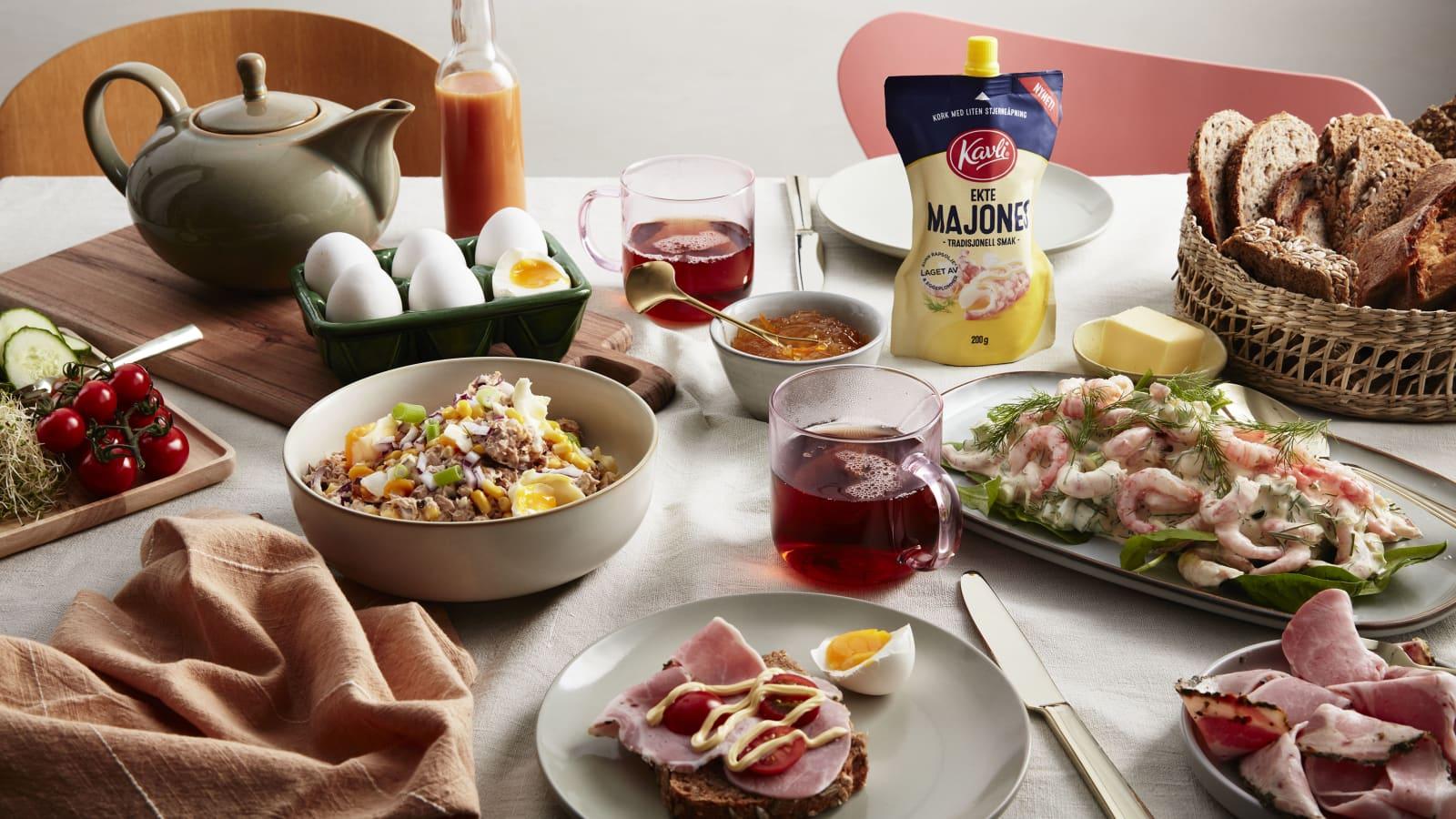 Hjemmelaget tunfisksalat og rekesalat på et fulldekket frokostbord.