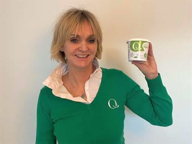 Anne Merete Samnøen, produktsjef for Q-Meieriene, viser frem det nye rømmebegeret.