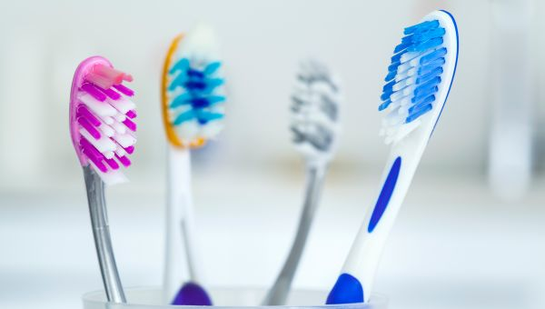 Toothbrush and toothbrush holder