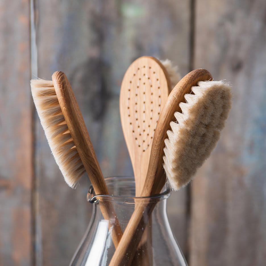 Iris Hantverk Long Handle Wood Body Brush