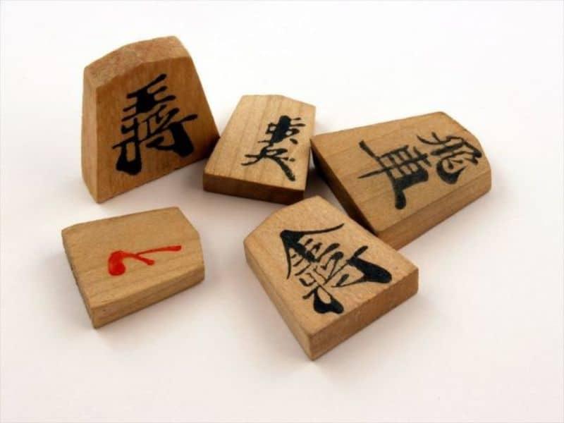 Các quân cờ shogi được thiết kế hình nêm và có kích thước bằng nhau