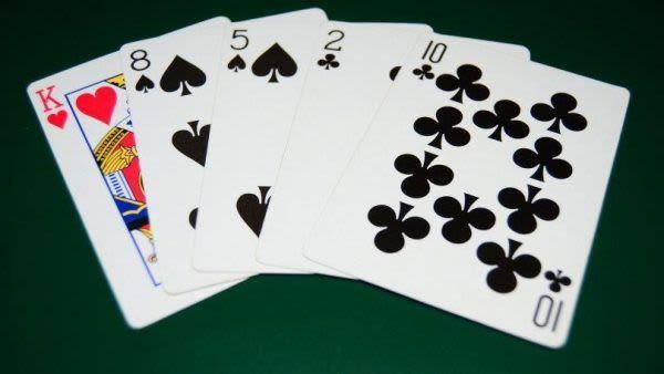 Ôm bom là cách chơi phỏm có tính mạo hiểm cao dành cho người chơi giàu kinh nghiệm