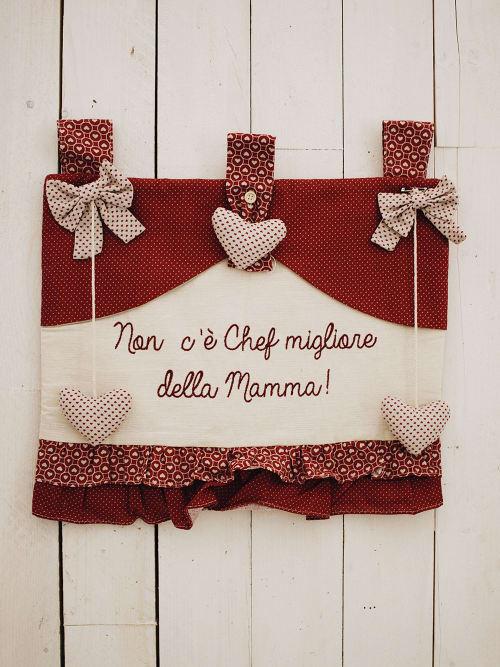 """Copriforno rosso con la scritta """" Non c'è chef migliore della Mamma """"."""