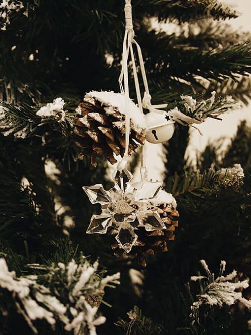 Decoris PIGNE CON GANCIO E FIOCCO NEVE - Decorazione natalizia